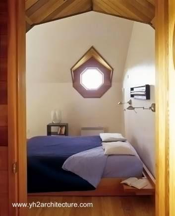 Dormitorio en la casa de campo geométrica de Canadá