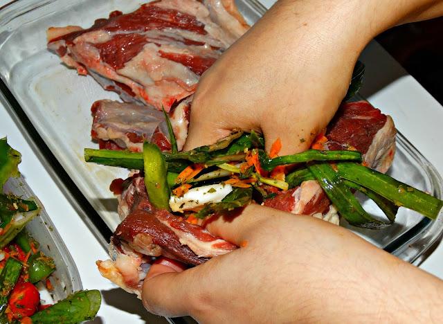 Insertando los vegetales en el corte de carne