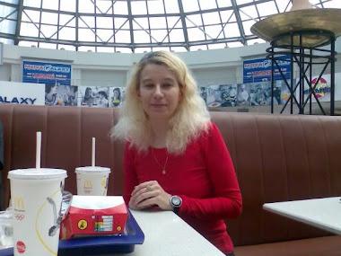 Olivia Maria Marcov cu Violeta Tanase si un coleg in anul IV USH Drept pauza de masa