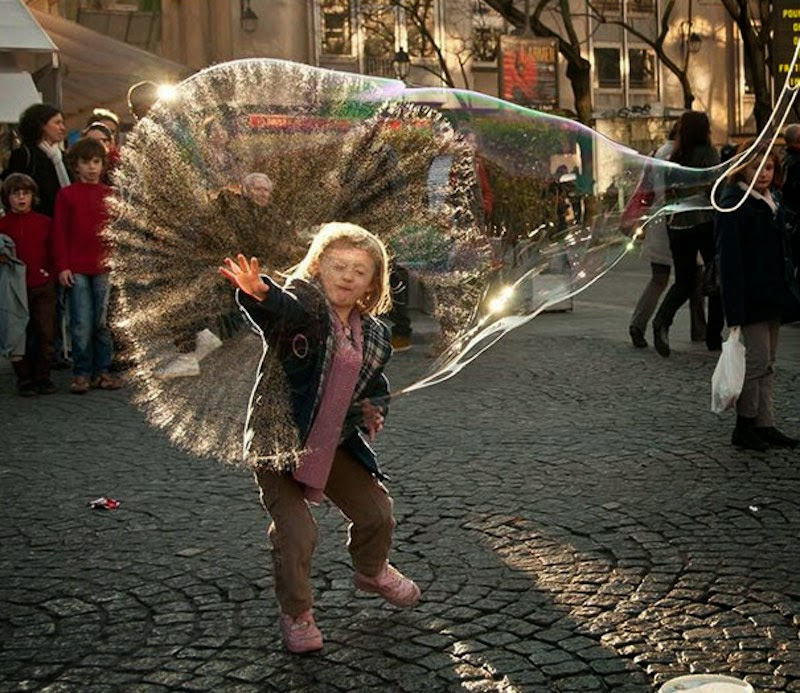 "30 Pictures Taken At The Right Moment - Lucky for this kid, the bubble Gods were shinning down on her today. ""We grant you the powers of the bubbles…"""