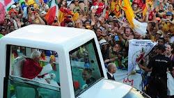"""el famoso """"papamóvil"""" que acompaña al Santo Padre en todas sus visitas"""