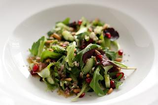 kígyóuborka uborka gránátalma saláta szezámmag pörkölt fenyőmag