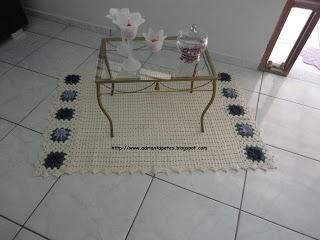 Pequeno tapete de crochê abaixo de mesa de canto