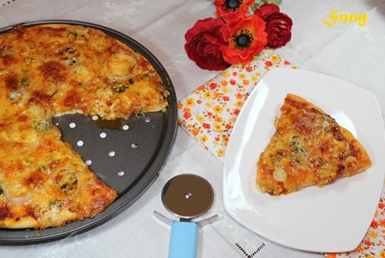 PIZZA A LOS 4 QUESOS CON CEBOLLA