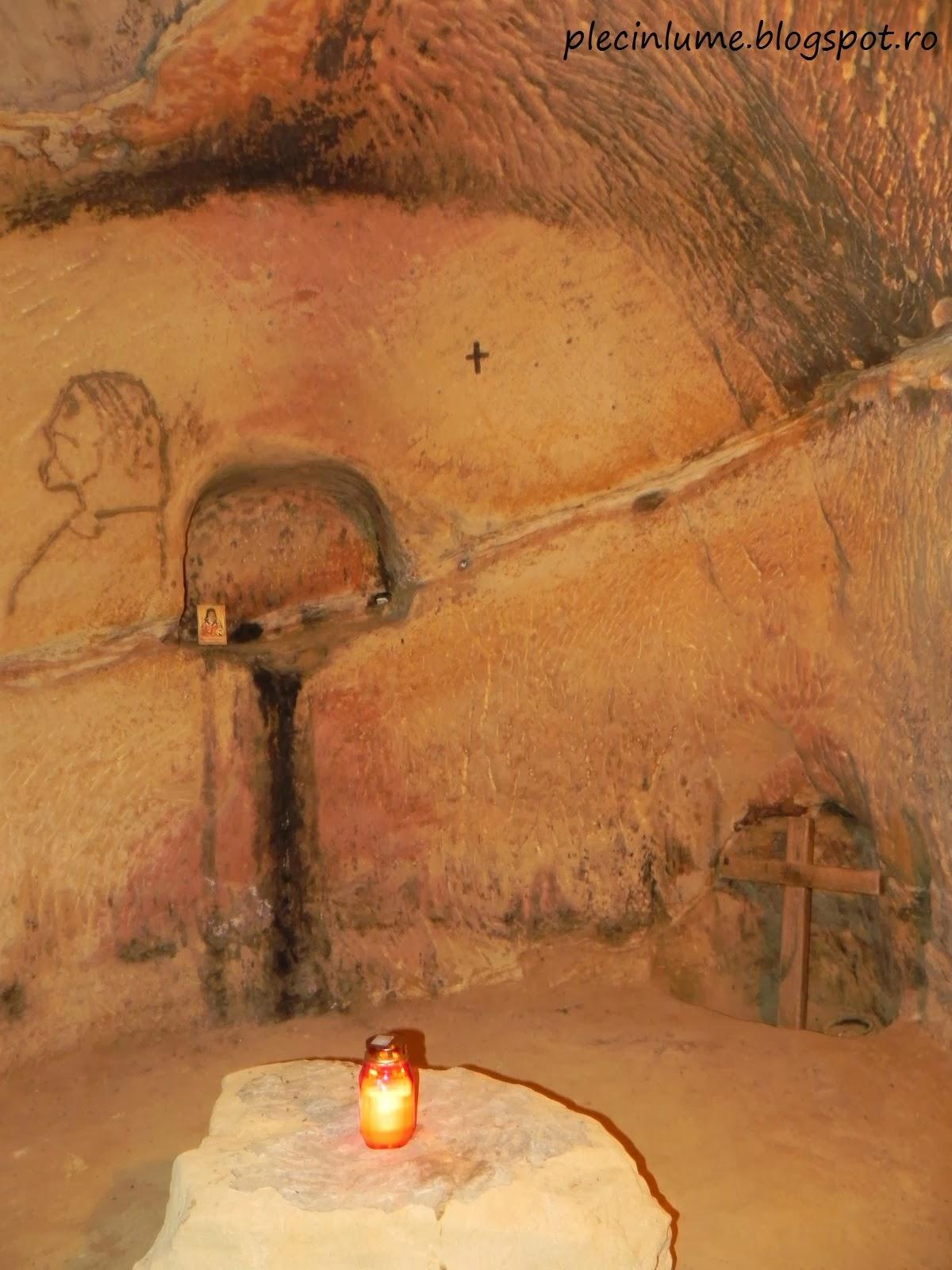 Interiorul Manastirii rupestre din Sinca Veche