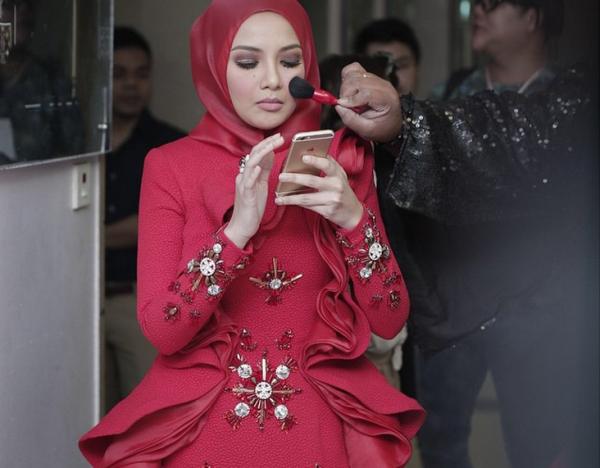 Neelofa Bengang Dress Merah Semasa AME2015 Digelar Sotong