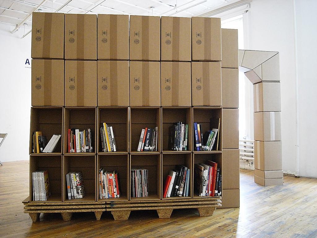 Que tal uma estante de livros com caixas de papelão? Bibliotecas do  #9E692D 1024x768