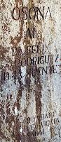 La inscripció de la columna del pedestal del monòlit a Fèlix Rodríguez de la Fuente