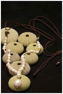 Collar de plata y perlas barrocas montado en nylon marrón