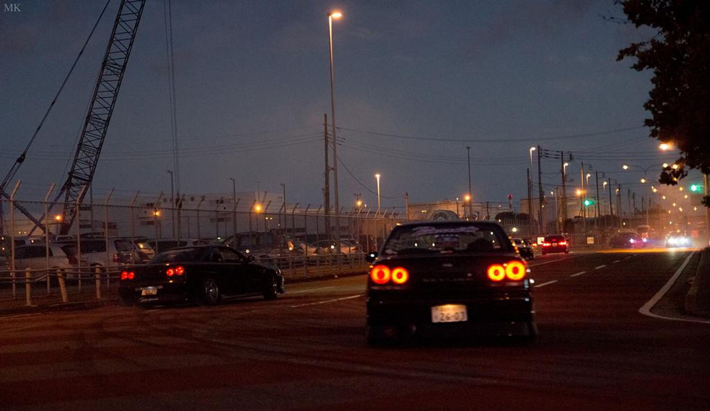 Nissan Skyline R34, Godzilla, kultowy sportowy samochód, auto z duszą, drift, miasto w nocy, fotografia, japońskie samochody, JDM, tuning, sport