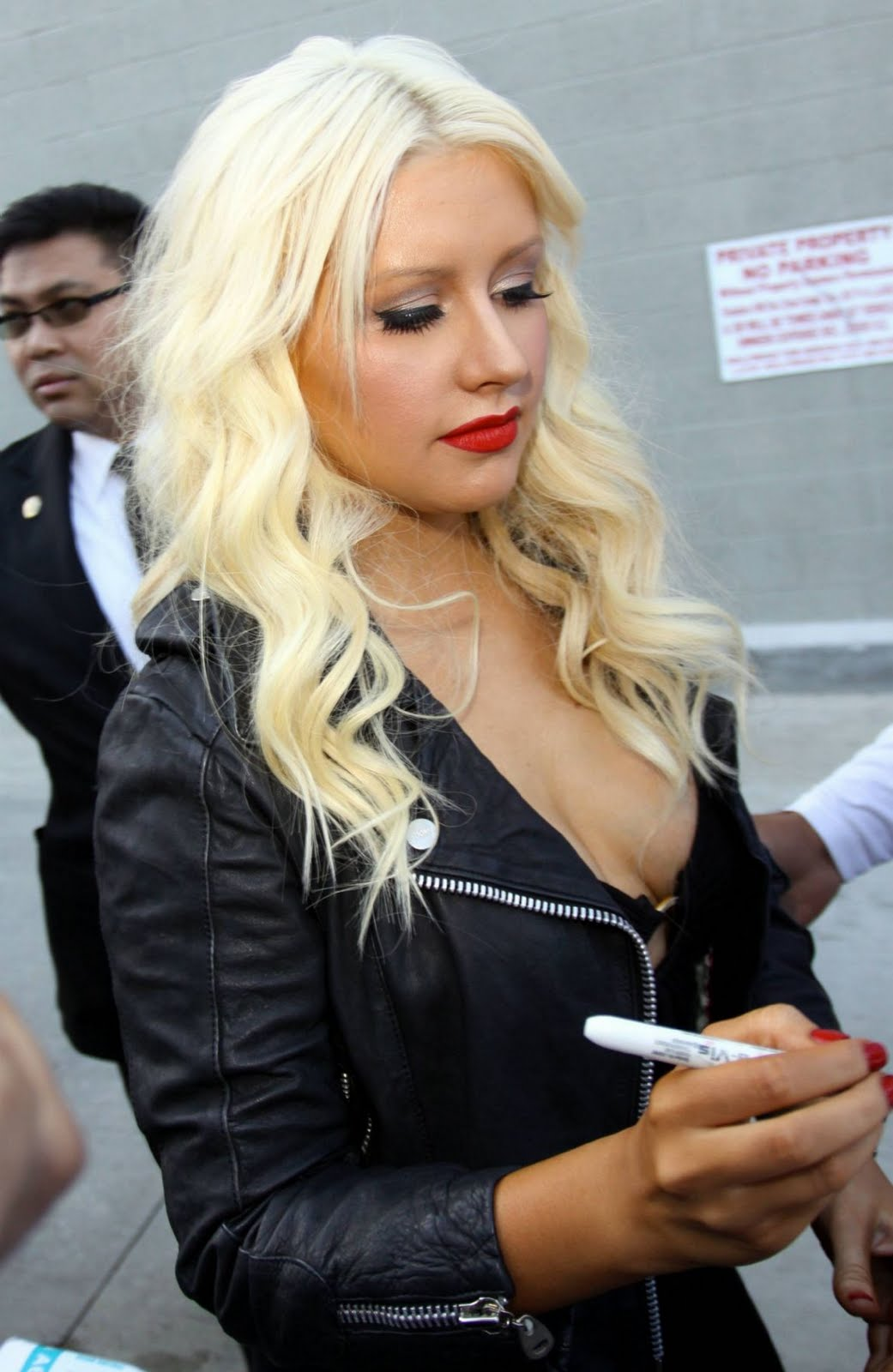 http://1.bp.blogspot.com/-dCYu7xMlNBk/TeZn3jRRyuI/AAAAAAAAKco/mBaUyhh4HH0/s1600/Singer+Christina+Aguilera+giving+autographs+in+public+2011+%25281%2529.jpg