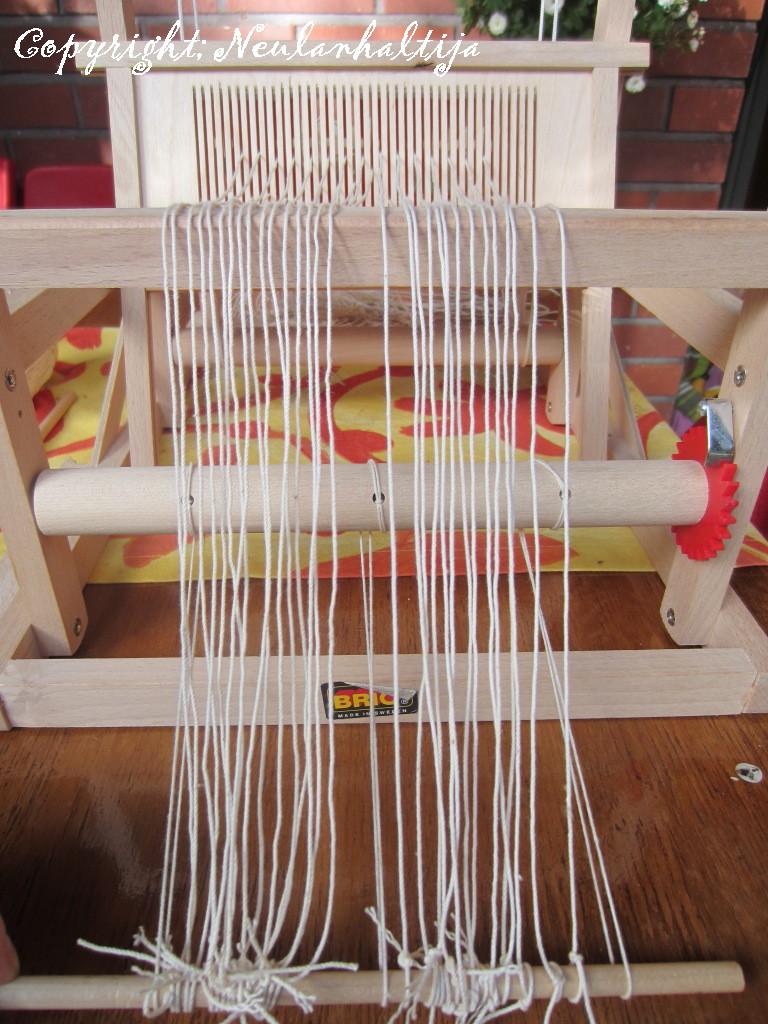 Neulanhaltija Brio kangaspuiden loimien laittaminen