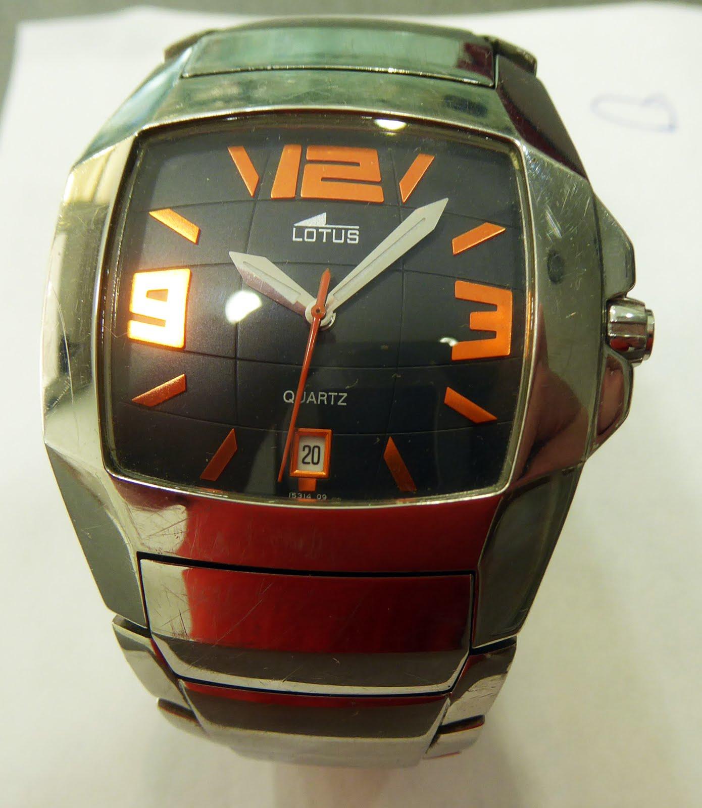 Reloj Lotus, acero, números naranjas