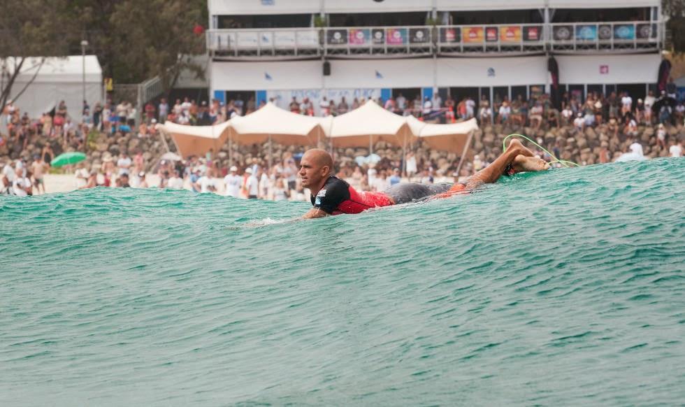 kelly slater ronda 5 quiksilver pro gold coast esperando la ola