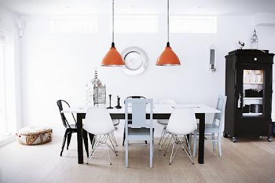 Mesa con sillas diferentes