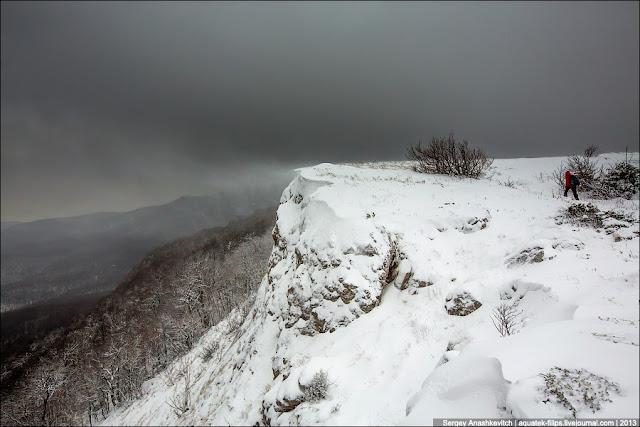 Обратите внимание, как с кромки сдувает снежную пыль. Очень красиво все это выглядит вживую