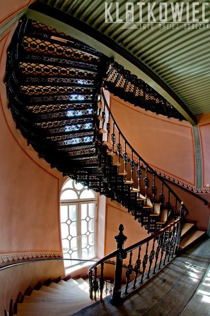 Toruń. Kamienica. Żeliwne półkręcone schody.