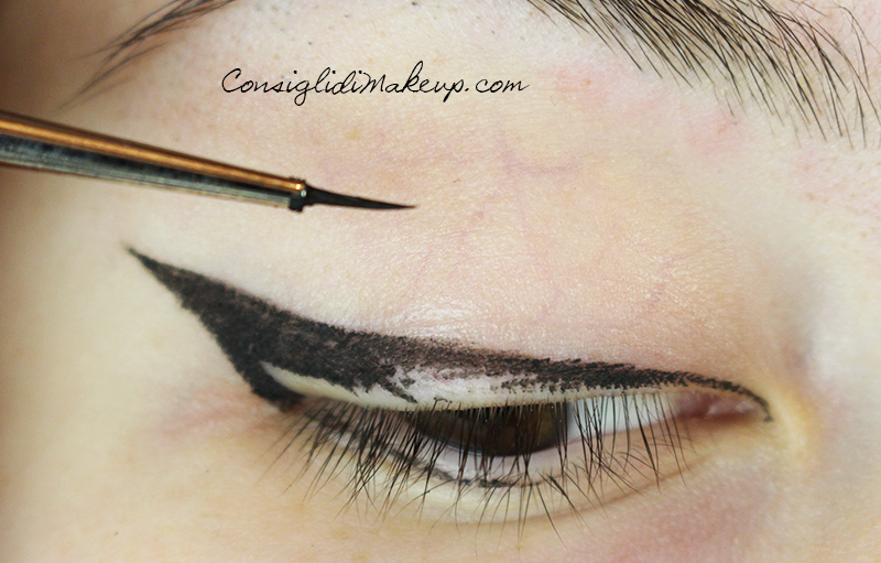 come tracciare una riga di eye-liner
