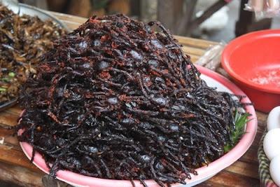 Arañas fritas, un aperitivo camboyano