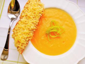 Zupa curry warzywna z batatami i serowymi grzankami