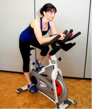 Tập thể dục giảm cân với xe đạp tập