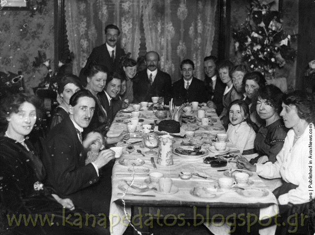 Μια οικογένεια κάθεται για το τσάι την