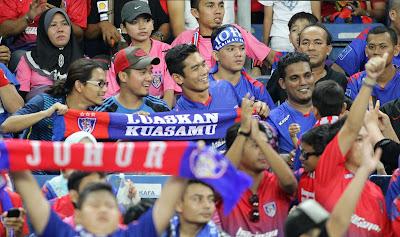 Gambar Dan Video Pelakon Fahrin Ahmad Bersama Penyokong JDT Di Stadium