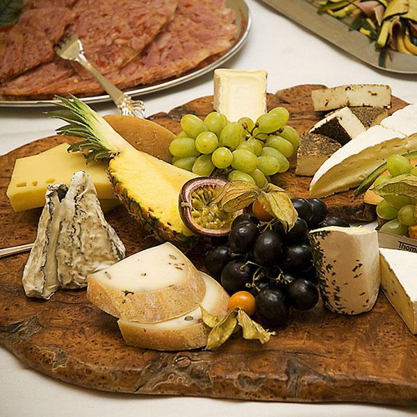 como preparar una tabla de quesos gourmet rustica sobre tronco