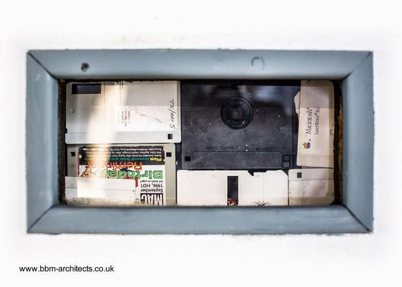 Relleno de disquetes de computadora en la pared