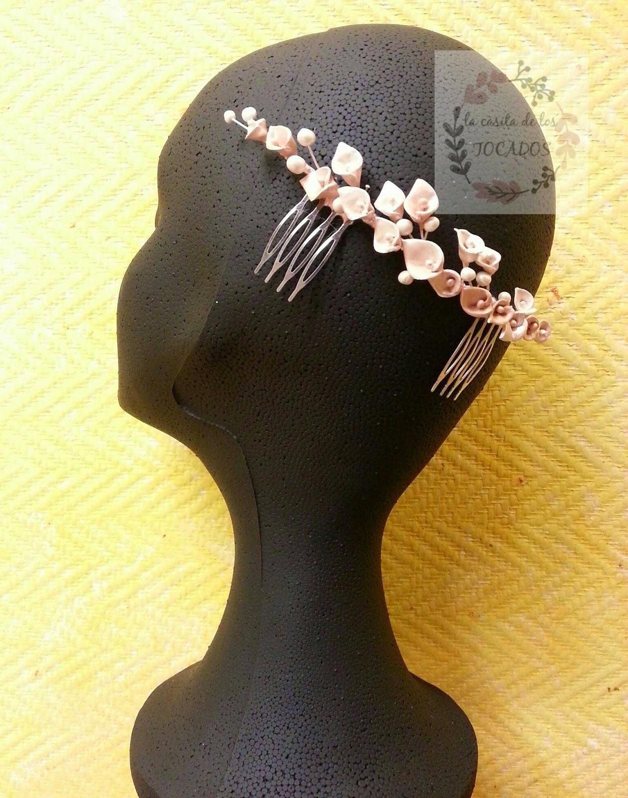 peineta artesanal para novia realizada con flores tipo cala y perlas