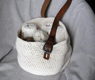 http://danslestiroirsdenad.blogspot.fr/2014/01/recyclage-et-crochet-le-sac-et-son-tuto.html