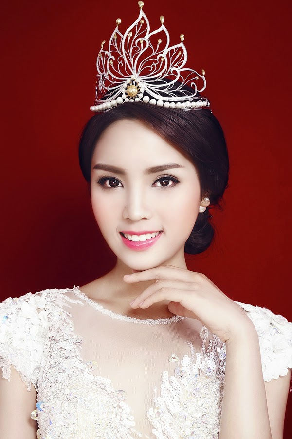 Hoa hậu Kỳ Duyên đẹp dạng ngời trong áo dạ trắng