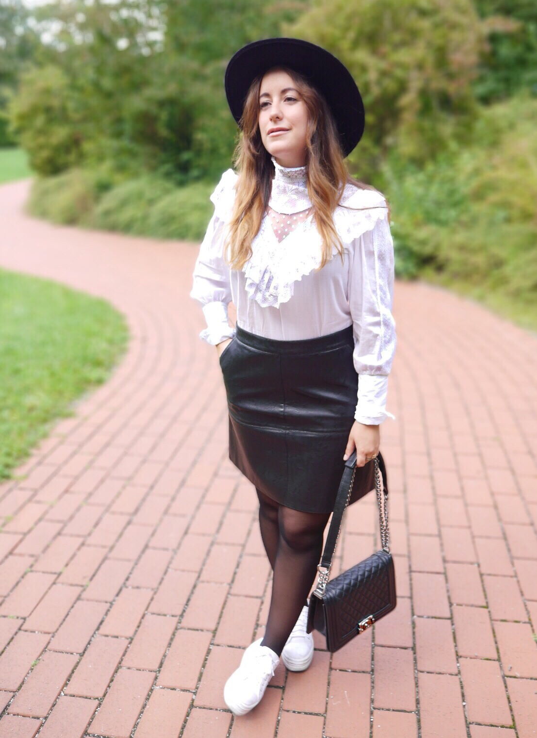 Street Style, egoblogger, fashion blogger, vintage shirt, lace shirt, Zara leather skirt, falda Zara cuero, zapatillas Victoria plataforma, Chanel Boy