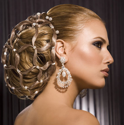 вечерна прическа с прибрана коса в ефектна диамантена мрежичка