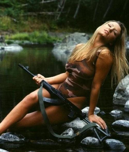 QUEL EST LE NOM DE LA REPLIQUE - Page 2 Sexy-girls-with-weapons-021