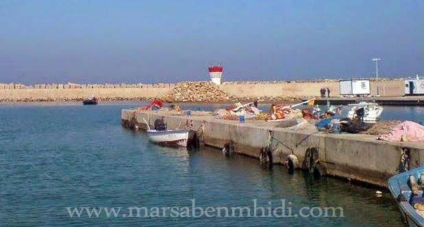 زورق مطاطي في مدخل ميناء مرسى بن مهيدي