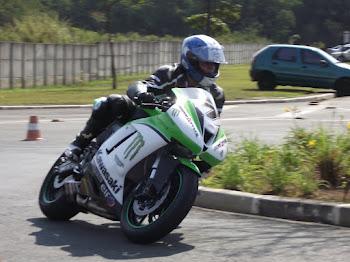 Pilotagem com motos esportivas, também pode ser defensivo.