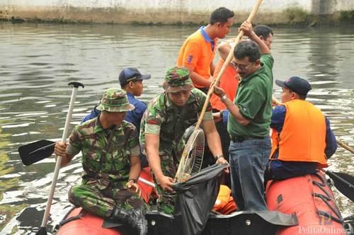 Hari Pertama 2013 Kostrad Bermain Air Kotor Di Kali Ciliwung