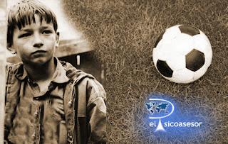 gloria-pobreza-niño-futbol-escuela