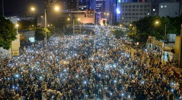 """Las protestas en Hong Kong continúan con """"la luz de los móviles"""""""