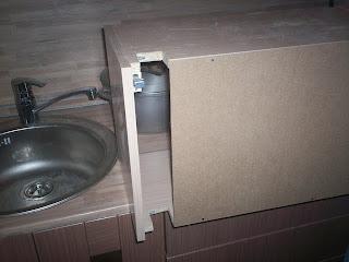 выпиливаем в шкафу кусок под газовую трубу