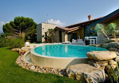 hermosa piscina en jardín