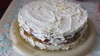 бока лимонного торта обмазать кремом