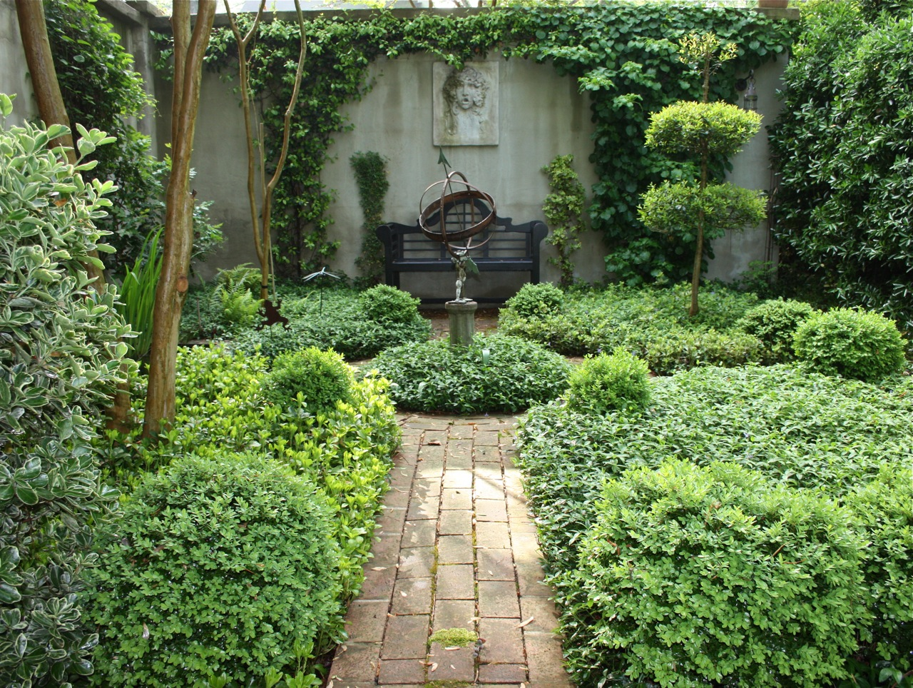 A curious gardener southern courtyard gardens for Small front courtyard design ideas