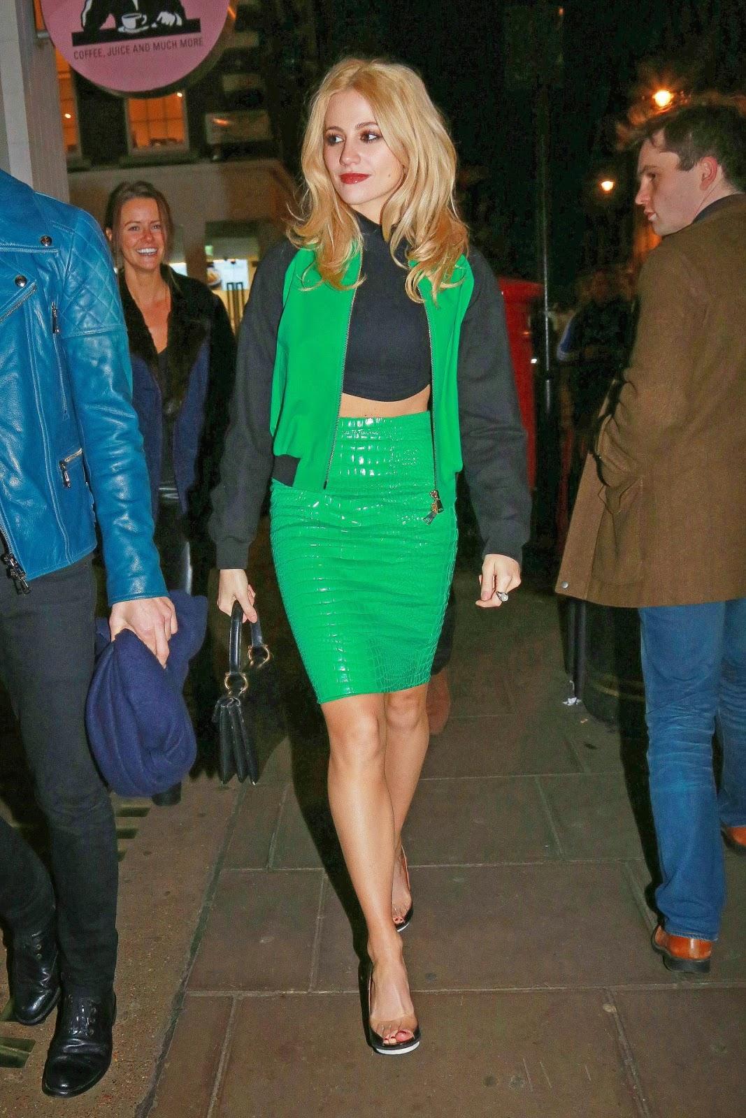 بيكسي لوت في تنورة قصيرة خضراء اللون خلال خروجها في لندن