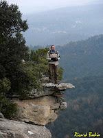 """El fotògraf """"caçat"""" sobre els cingles del Turó de l'Enclusa. Autor: Ricard Badia"""