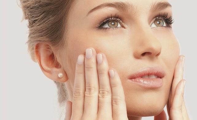 mulher cuidando da pele para receber a maquiagem
