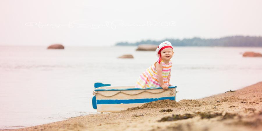 tydruk-vaikese-paadiga-laulasmaa-rannas