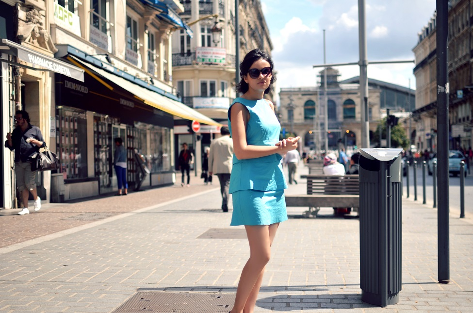 theserialshopper wearind a sixties inspired turquoise dress, with black flats, a croco bag and hm sunnies