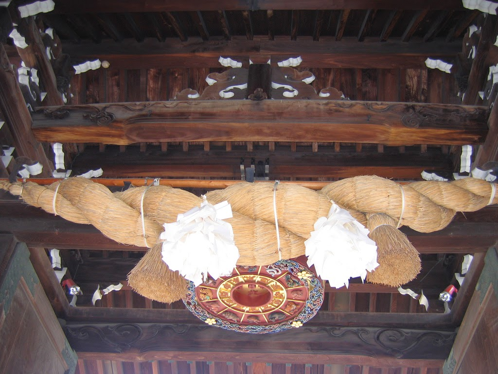 Shimenawa en templo shintoista
